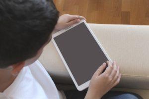 tablet 300x200 - Cellulari e Tablet vietato l'accesso ai bambini